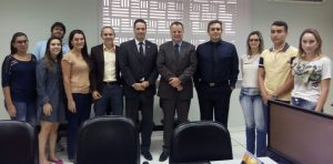 Desembargador Breno Medeiros com o juiz Rodrigo Dias e a equipe da VT