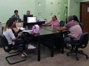 Imagem mostrando pessoas em audiência com juiz