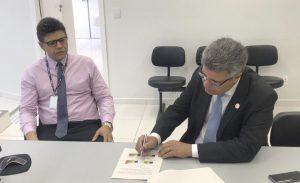 Corregedor em reunião com o diretor de secretaria da VT de Posse