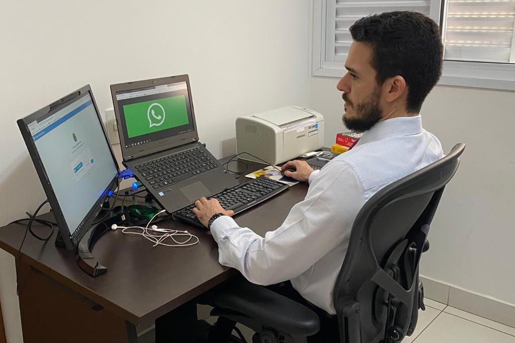 Homem em frente a duas telas de computador